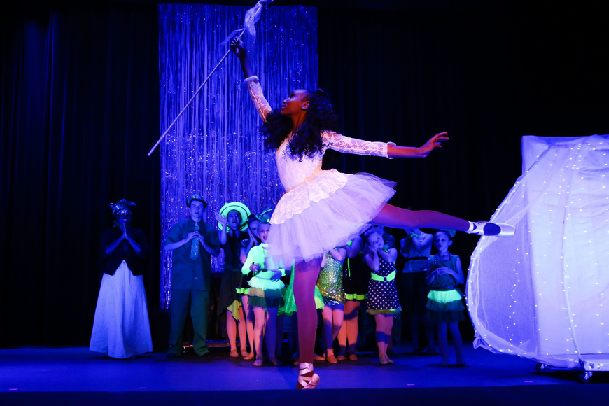 Sanah Spar performs as the older Glinda, the Good Witch. Photo by Paige Wilson