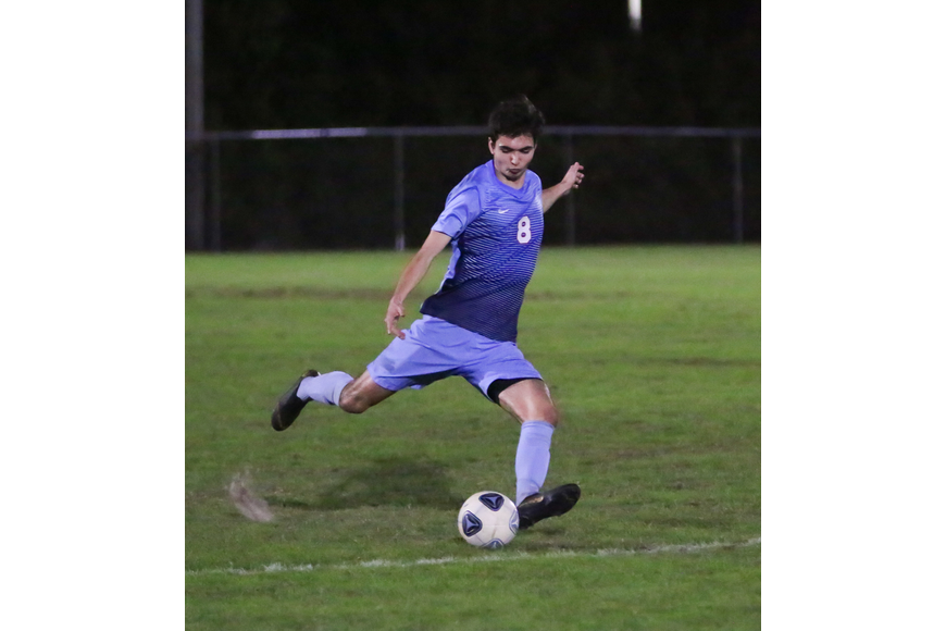 The Sandcrabs' Ryan Betau passes the ball. Photo by Ray Boone